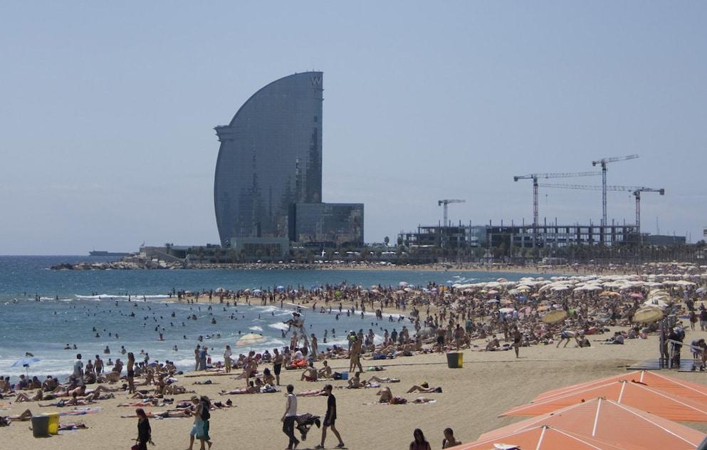 Der Strand von Barcelona an einem normalen Wochentag, in der Mittagszeit.
