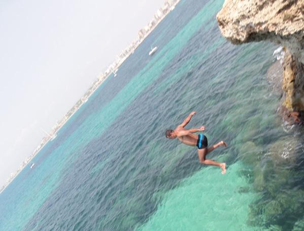 Klippensprung eines Touristen auf Mallorca