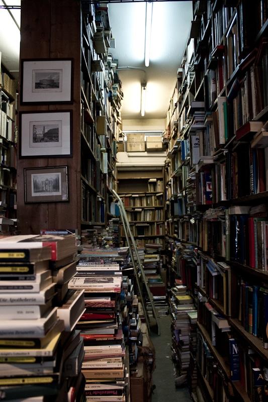 Bücherregale die Durchgänge bilden