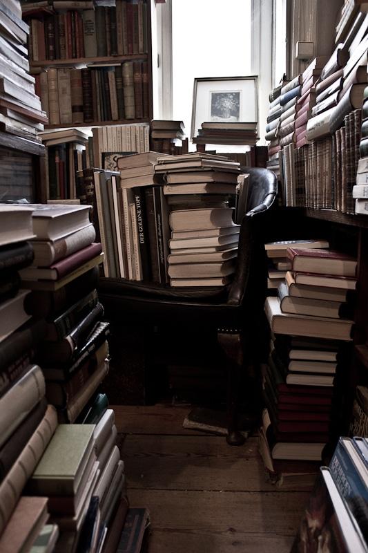 Bücher auf einem Sessel gestapelt
